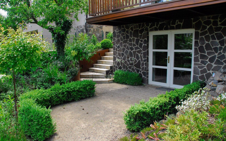 Zahrada Snezenka pred domem